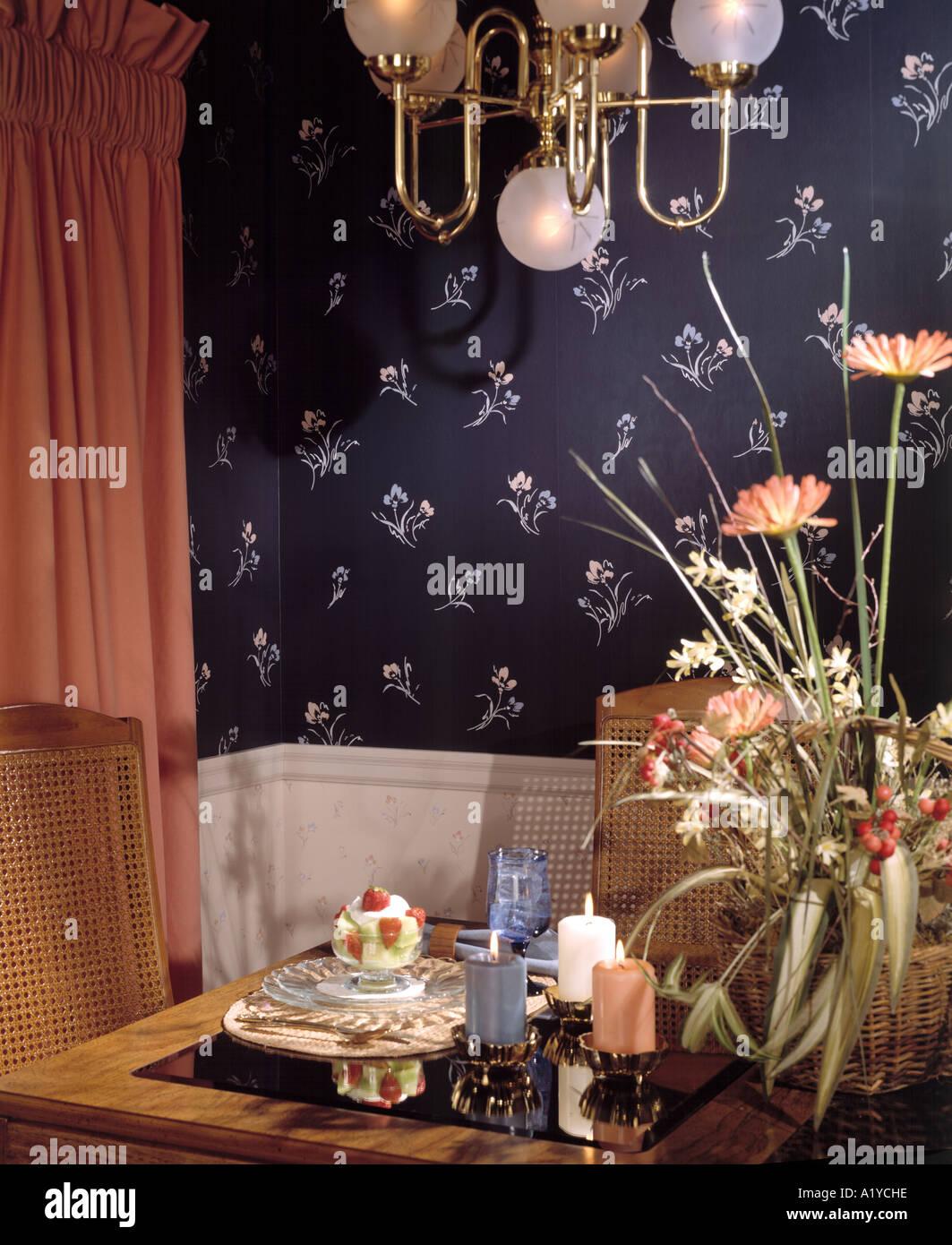 Ecke Esstisch Set Für Zwei Essen Trinken Kerzen Gardinen Salat Drapiert Innen  Tapete Esszimmer Sitzen