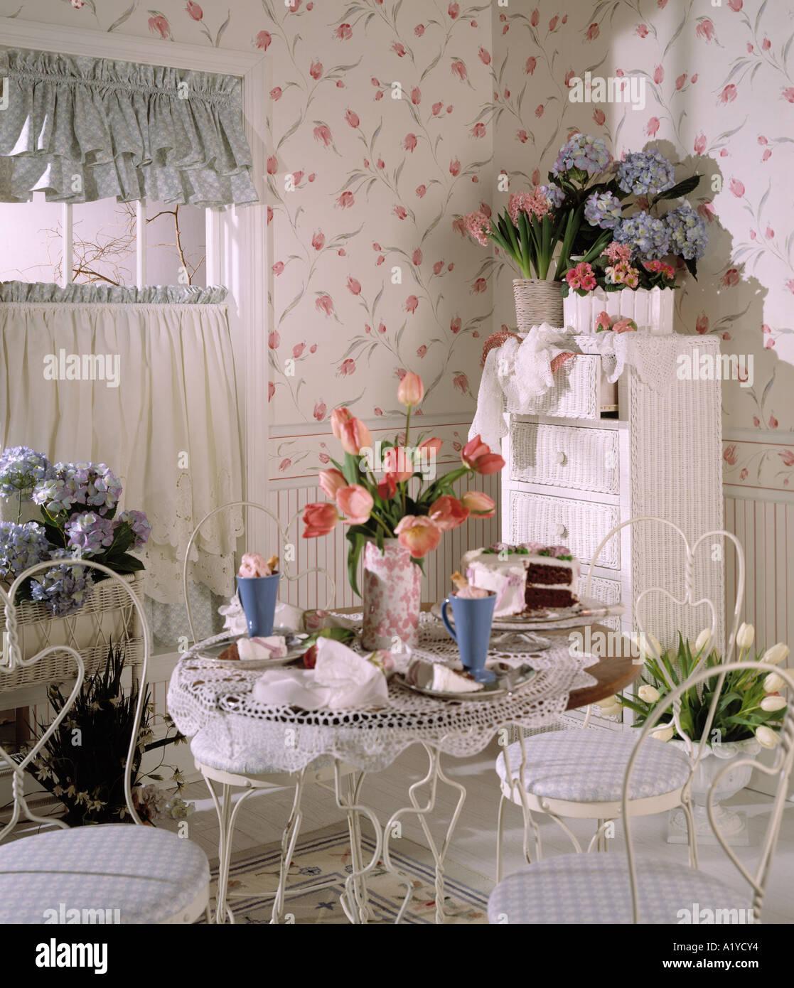 helle, luftige Küche Essbereich gebogen Draht Stühle Tisch ...