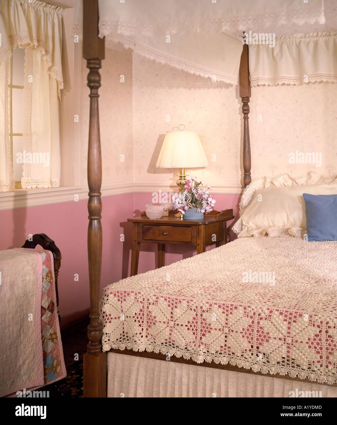 Vier Poster Bett Schlafzimmer Spitze Gardinen Tagesdecke Lampe Nite Nachtstandplatz Blumen Kissen Stockfotografie Alamy