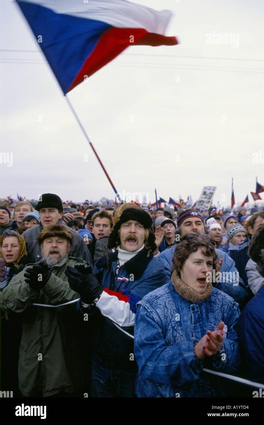 MASSE DER LEUTE SCHREIEN KLATSCHTE WINKEN NATIONAL FLAGGEN IN PRAG WÄHREND DER REVOLUTION 1989 00 11 Stockbild