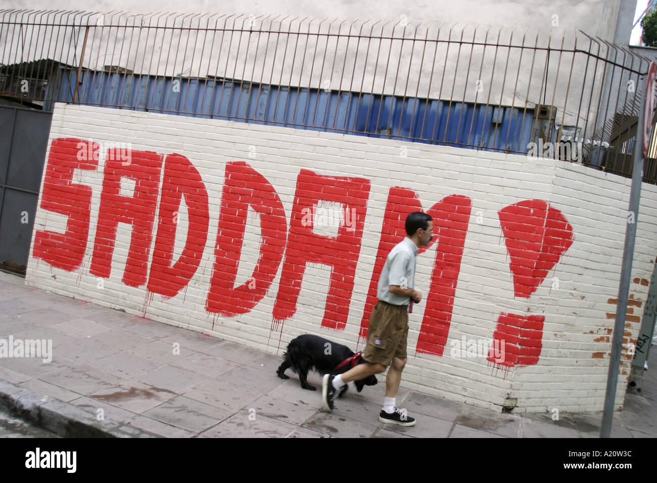 Graffiti zur unterst tzung von saddam hussein gemalt an - Abdeckung fur heizungsrohre an der wand ...
