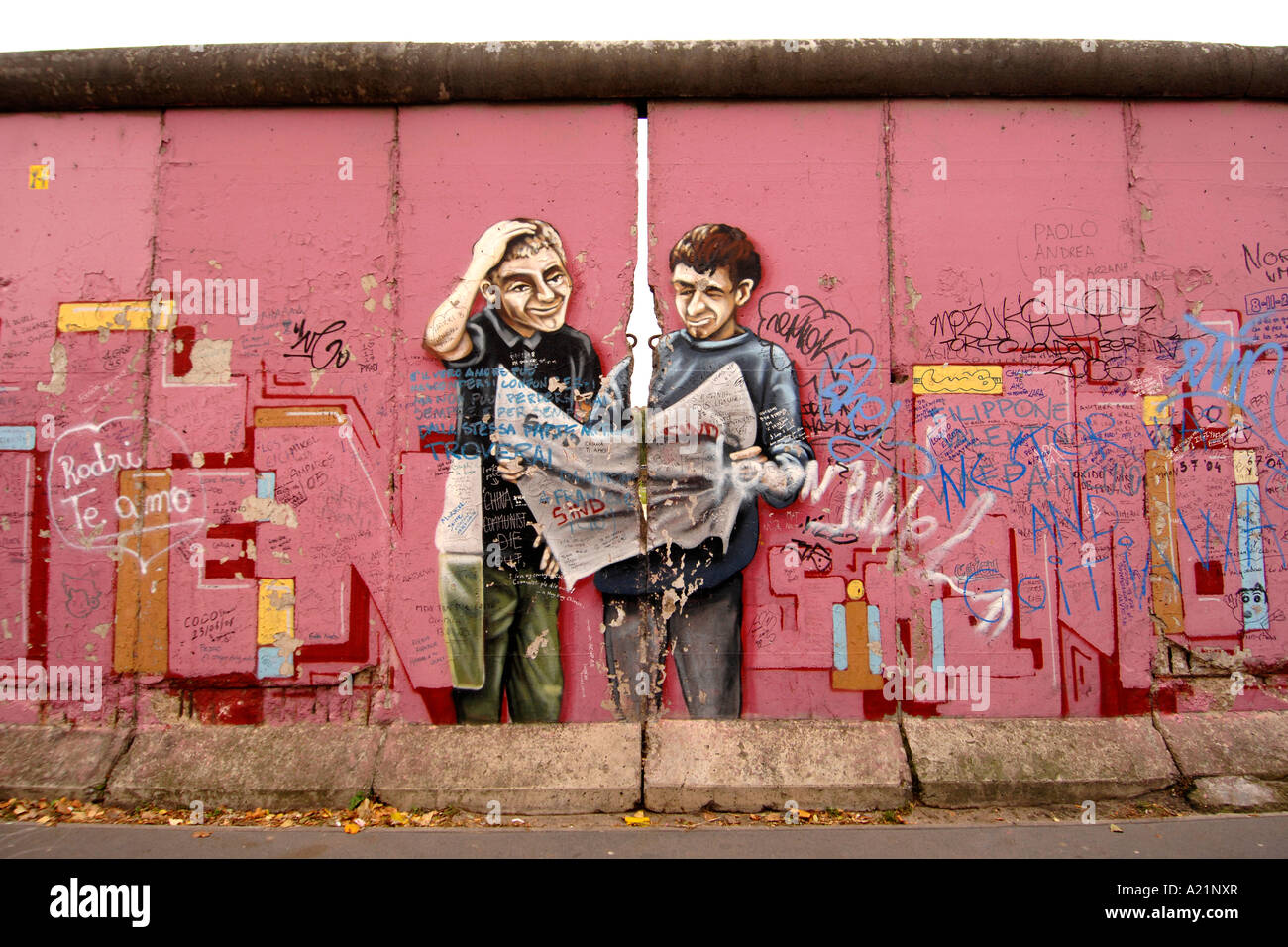Eine bunte rosa Wandbild an der East Side Gallery, eine erhaltene Gedenk Abschnitt der Berliner Mauer in Deutschland. Stockbild