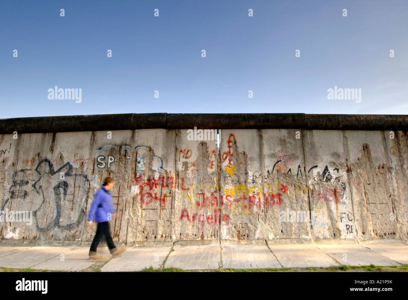 Ein Mann geht vorbei an der Berliner Mauer entlang der Bernauer Straße in Ost-Berlin Deutschland. Stockbild