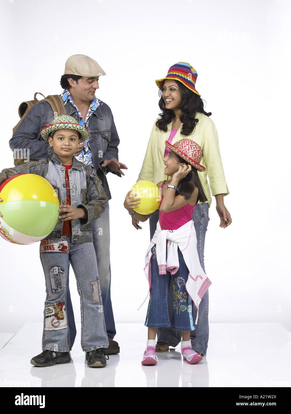 Südasiatische indische Familie mit Vater Mutter Sohn und Tochter stand lächelnd Stockfoto