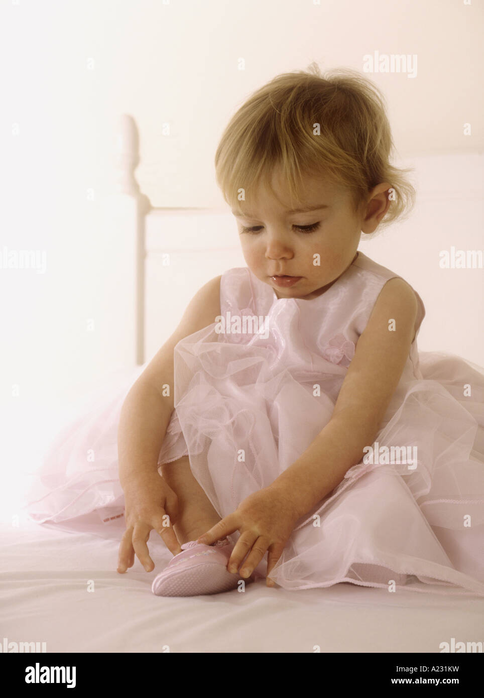 Kleinkind tragen eine rosa Party Kleid anziehen Ballettschuhe ...