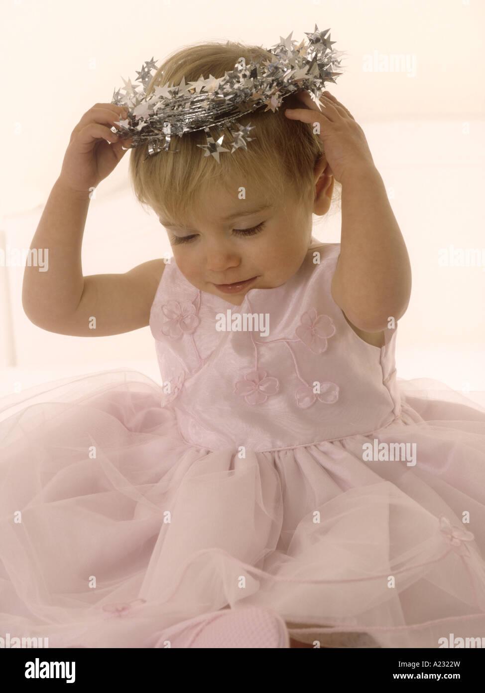 Kleinkind tragen eine rosa Party Kleid betrachten ein Flitter halo ...