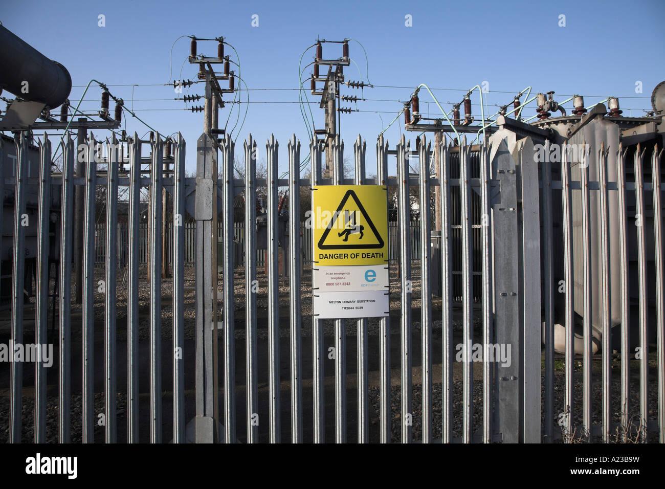 Strom-Gefahr von Stromschlag Strom Sub-Station mit Bars und Achtung ...