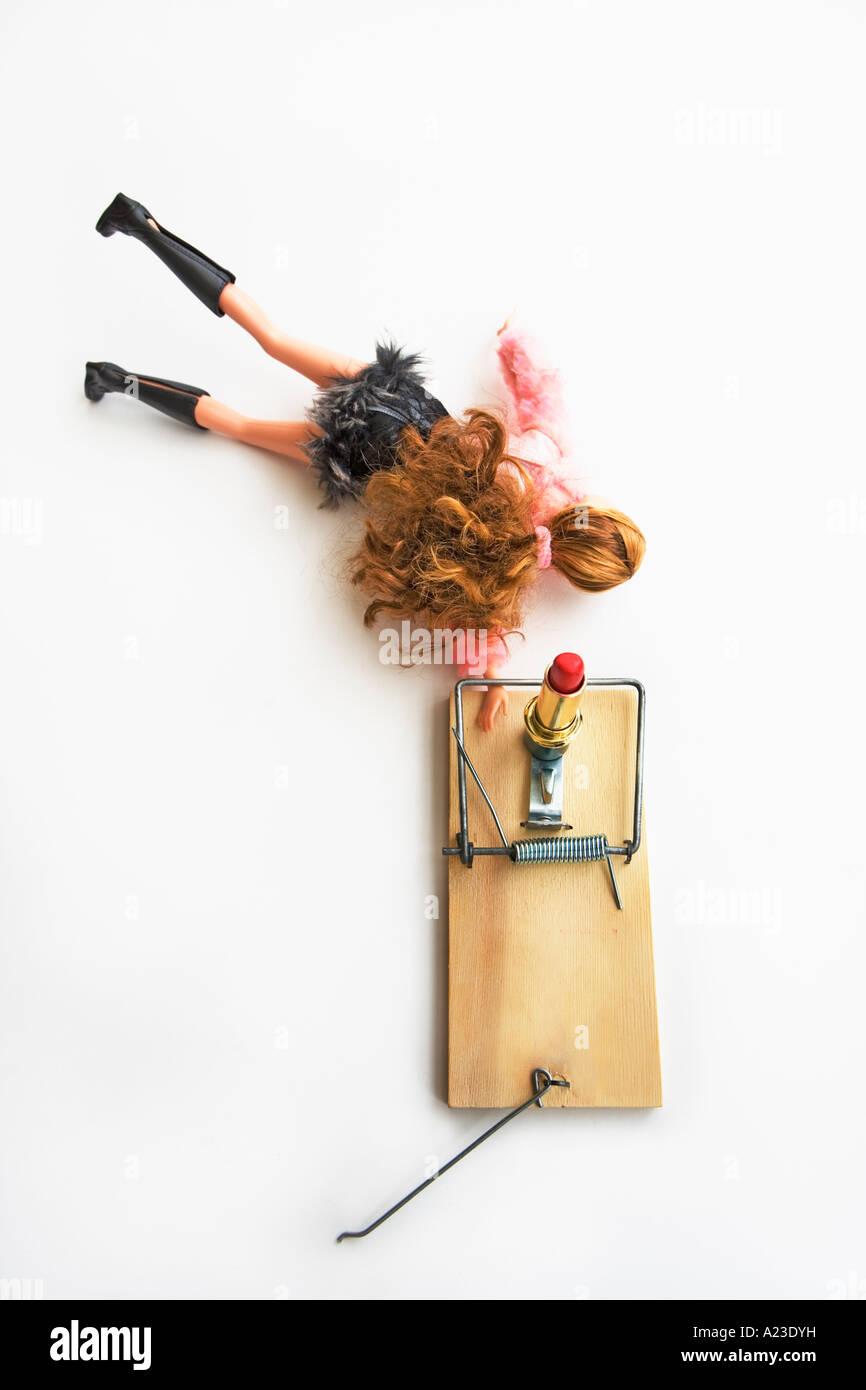 Barbie in eine Mausefalle erreichen für Lippenstift Köder gefangen Stockbild