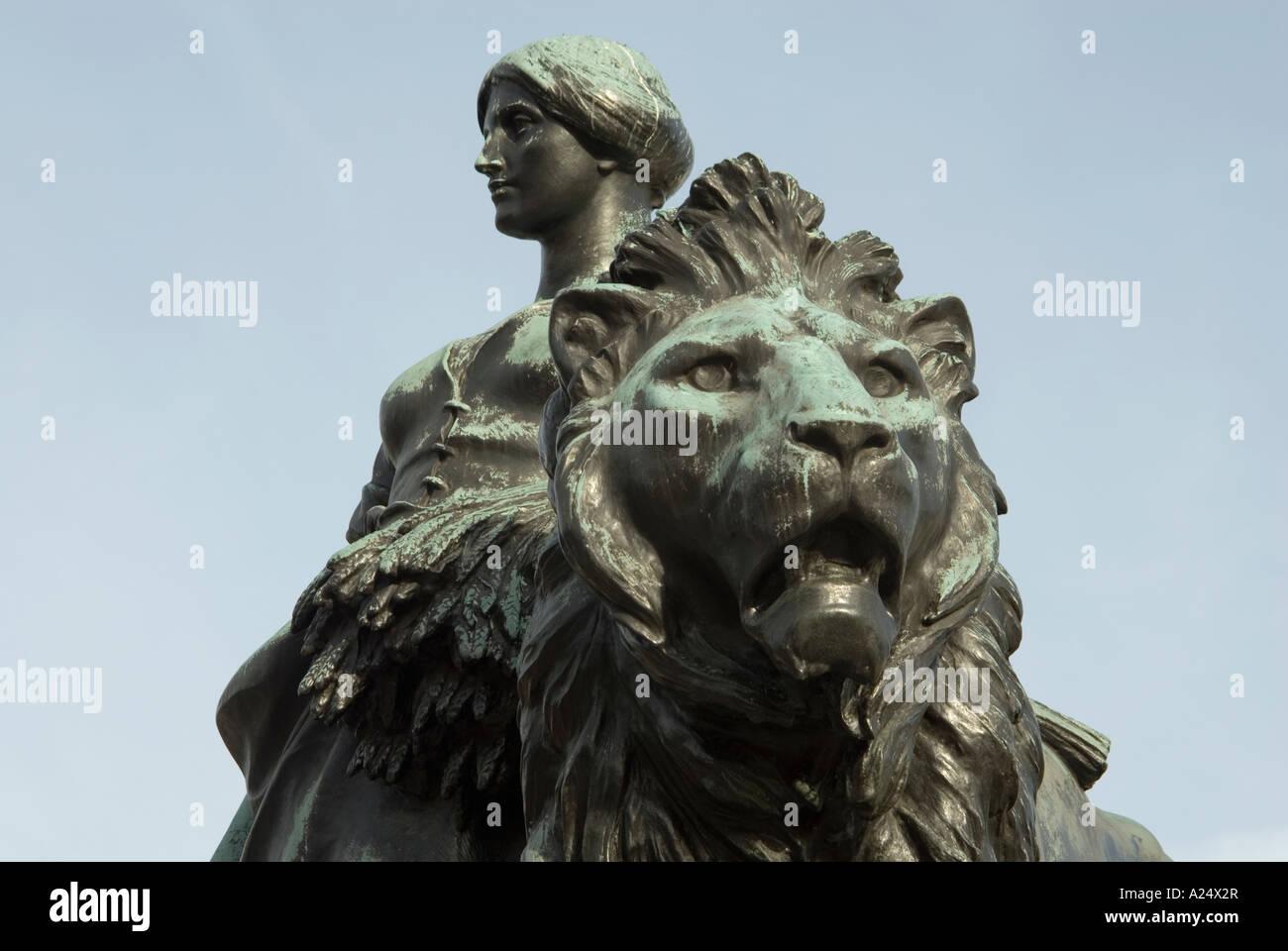 Grüner Rost detail der schwarze statue geschnitzt kopf löwenmähne und frau mit