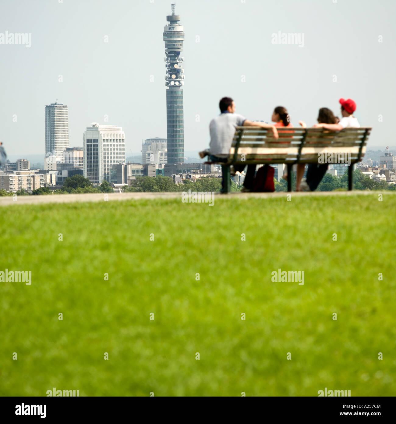 Primrose Hill mit der Londoner Skyline im Hintergrund Abstand Fokus. Stockbild