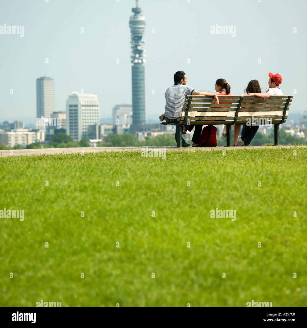 Primrose Hill mit der Londoner Skyline im Hintergrund 2006 Menschen Fokus Stockbild
