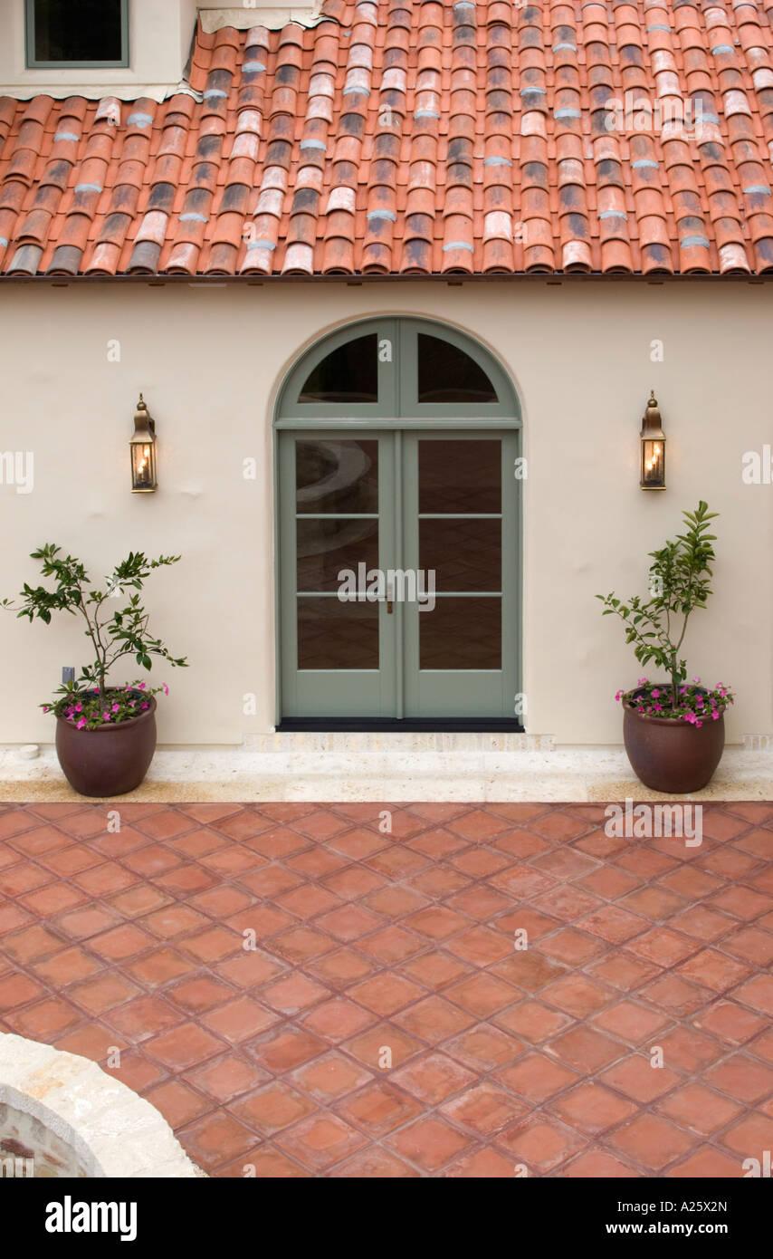 Außen Von Einem Spanischen Stil Luxus Haus Mit Stuck Wände Ein Rotes  Ziegeldach Und Mexikanische Fliesen Terrasse