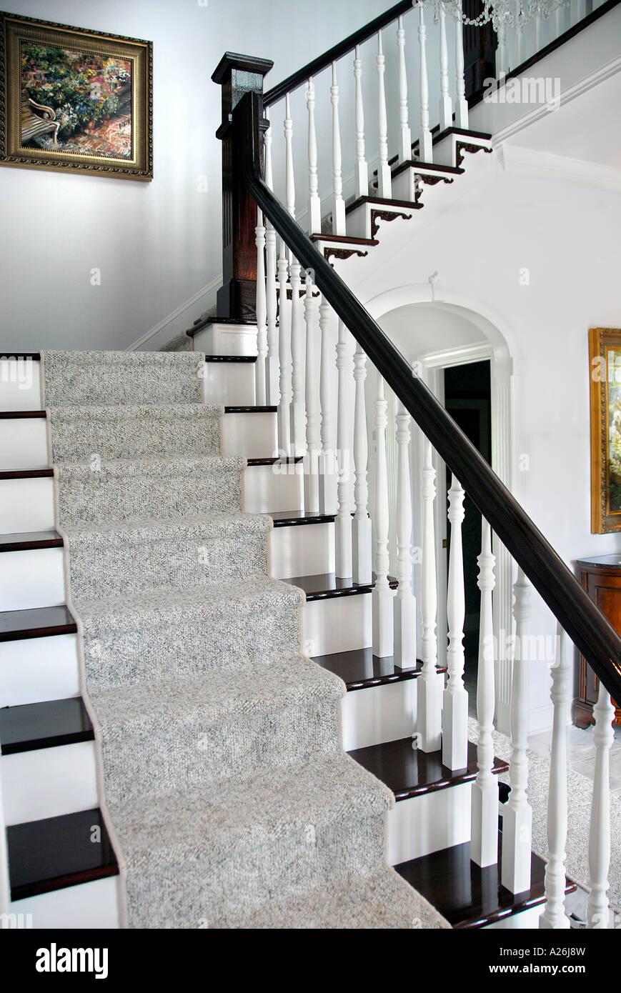 treppen teppich lufer treppe mit gelnder und stockbilder with treppen teppich lufer teppich. Black Bedroom Furniture Sets. Home Design Ideas