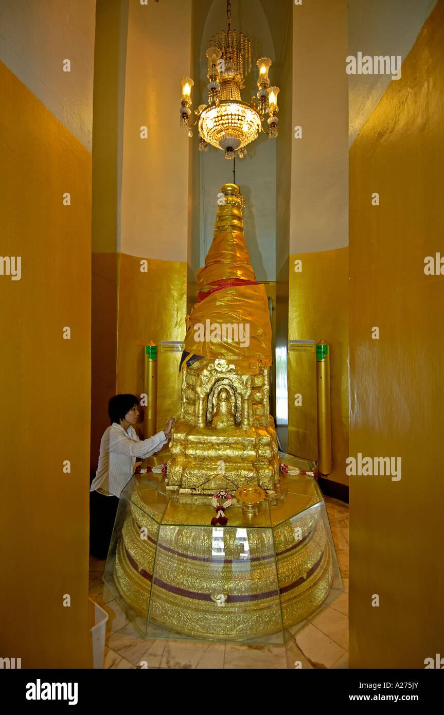 Frau bringt gold Blätter auf die Statue im Tempel Wat Saket Tempel 8golden Berg) Bangkok, thailand Stockbild