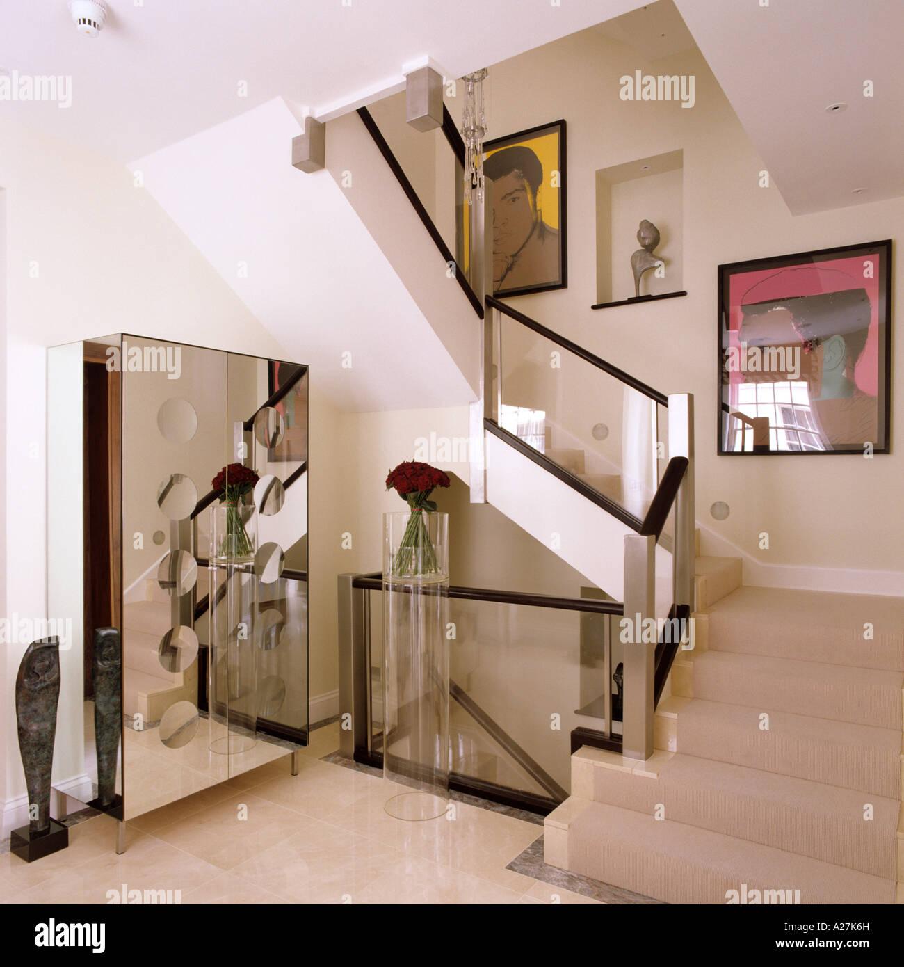 Treppe und Halle mit zeitgenössischer Kunst und Glas Geländer in ...