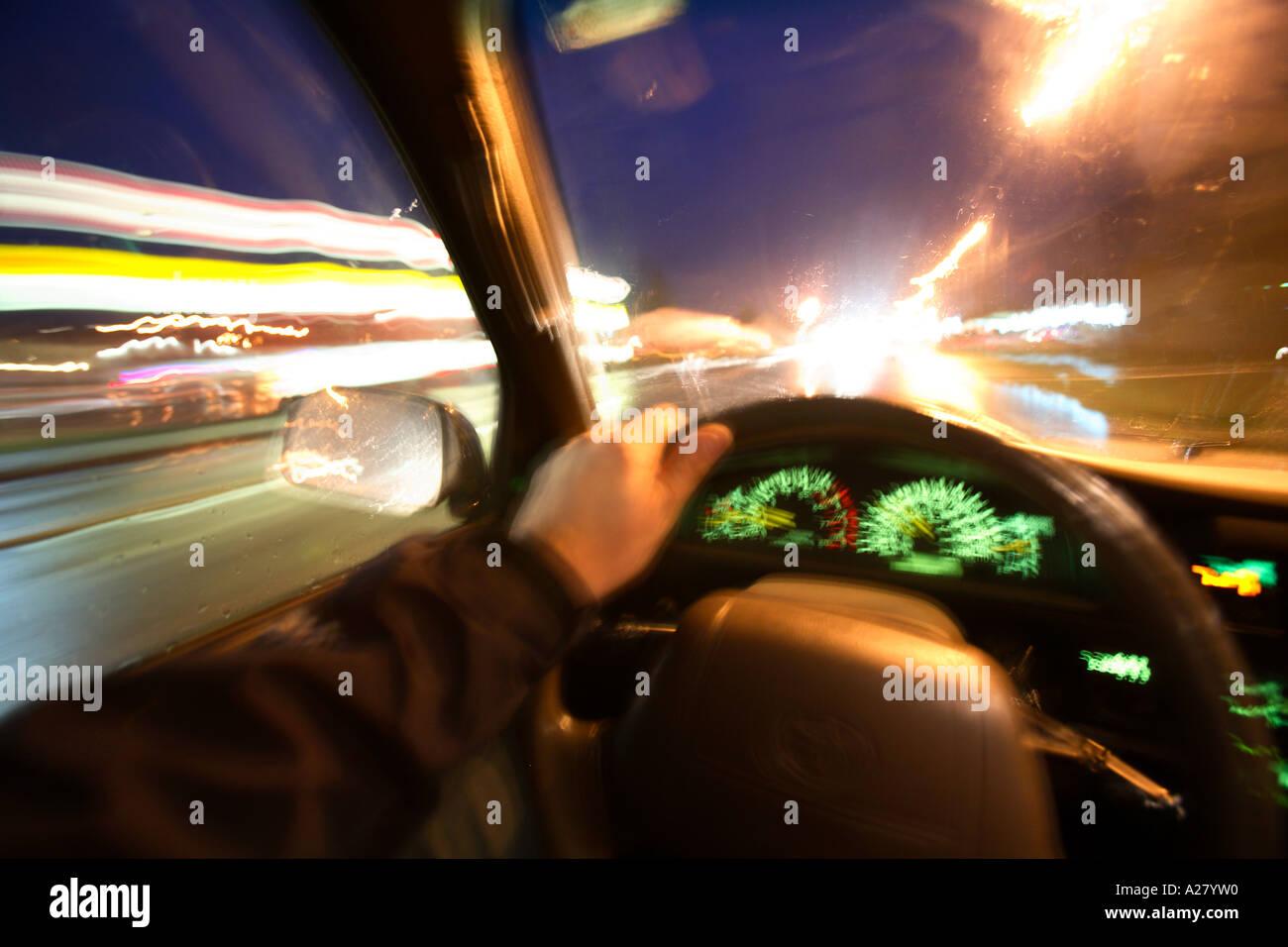 Innenansicht der Person fahren nachts mit Licht durch Unschärfe.  Aus Sicht der Fahrer erschossen. Stockbild