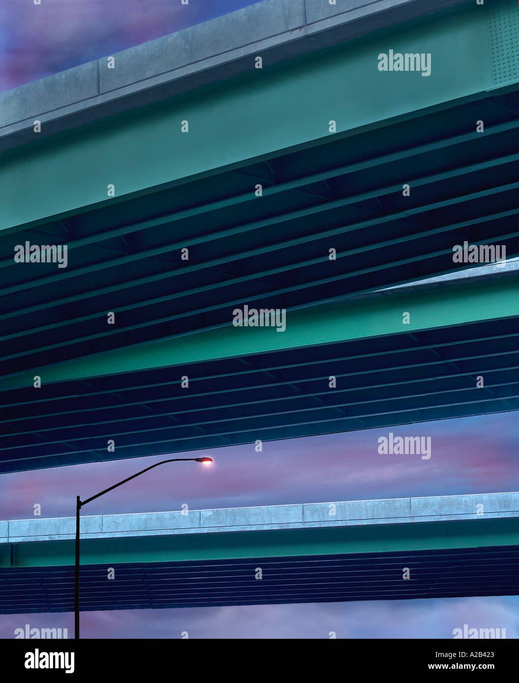 Leichte Post Lampe & Autobahnen Überführung Stockfoto