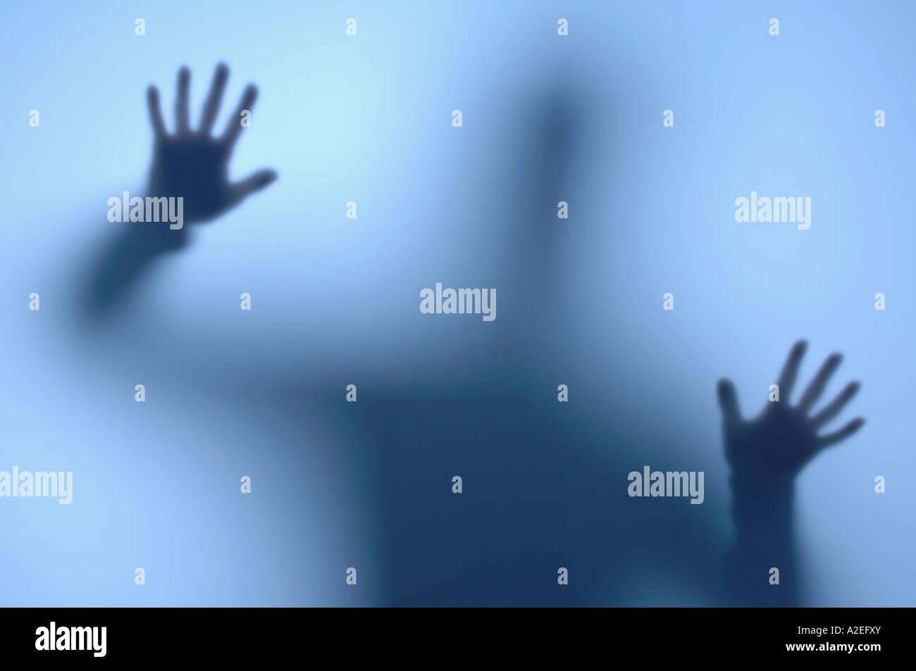 Person hinter einem mattierten Fenster Stockbild