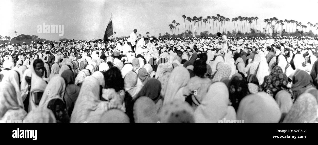 Mahatma Gandhi predigt Menschenmenge treffen Bruch des Salzgesetzes Gujrat Gujarat Indien 9. April 1930 altes Bild des Jahrgangs 1900 Stockfoto