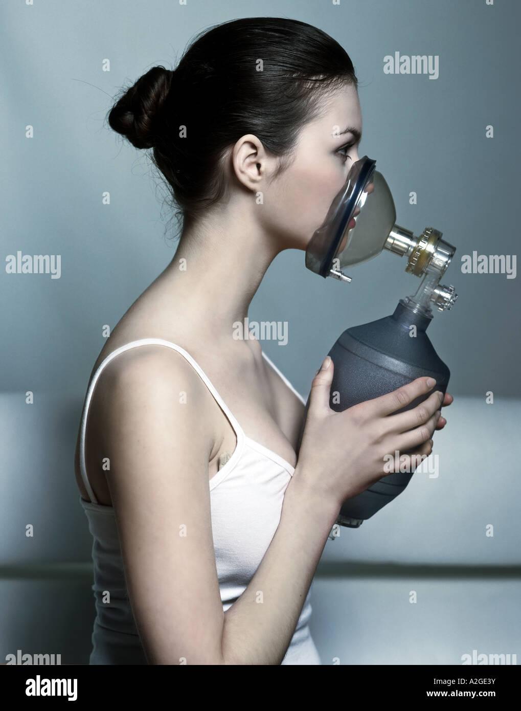 1216553 indoor Studio junge Frau 20 25 brünette Haare braun t Shirt Top Schulterriemen Riemen Sauerstoffmaske Stockbild