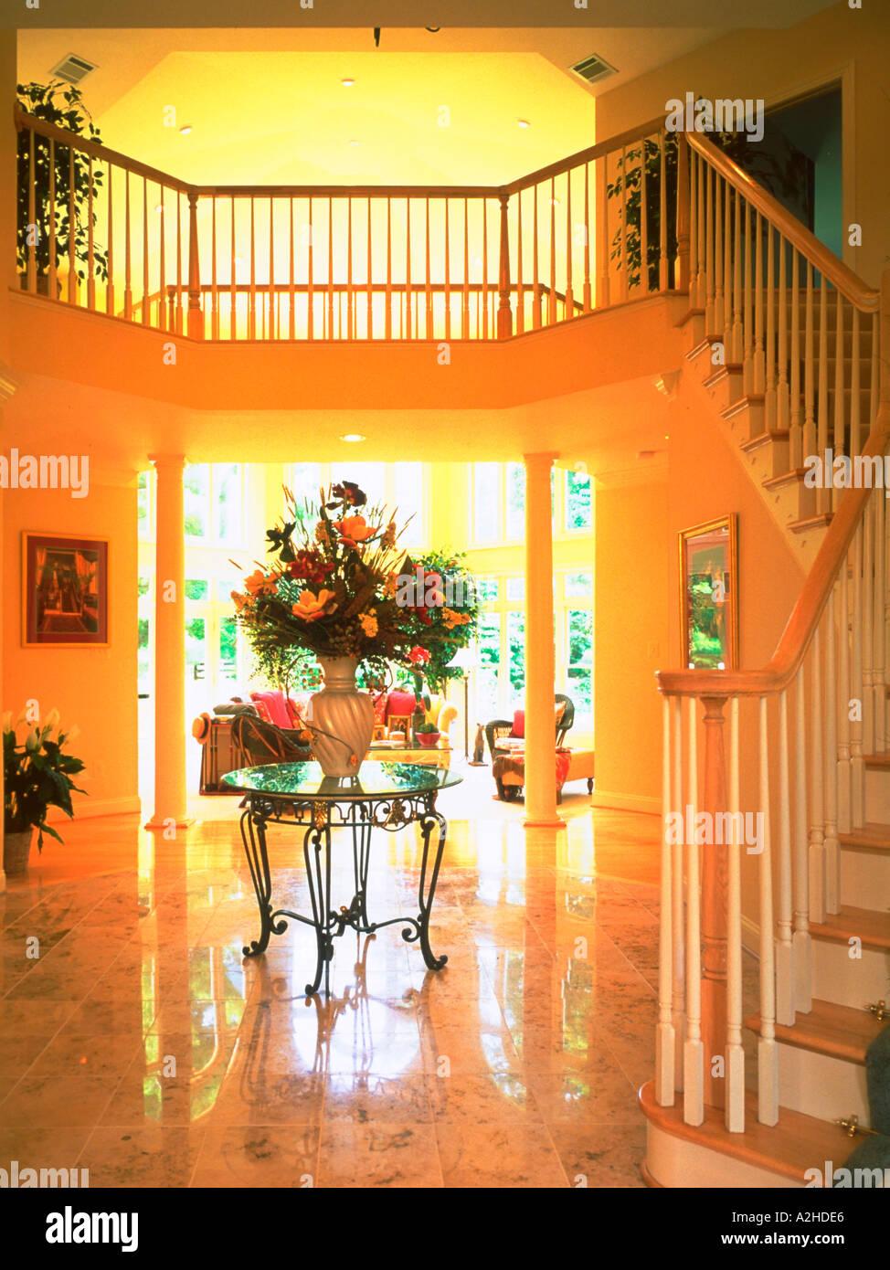 Exceptional Große Vase Mit Blumen Schmückt Tabelle In Elegante Eingangshalle Mit Treppe  Stockbild