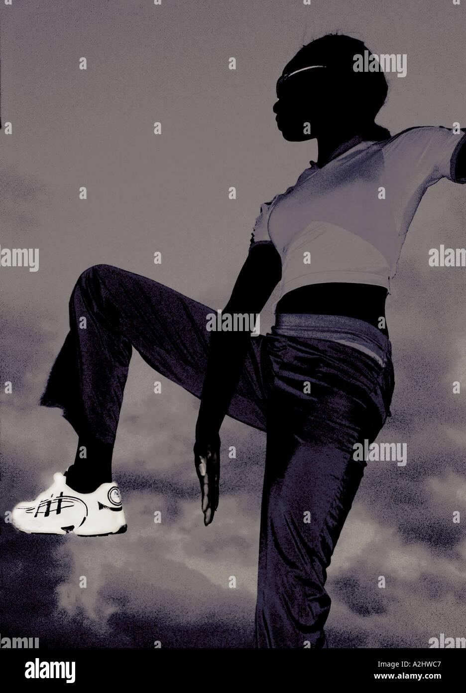 schwarze Frau Alter 20-25 trainieren gegen einen Himmel. Stockbild