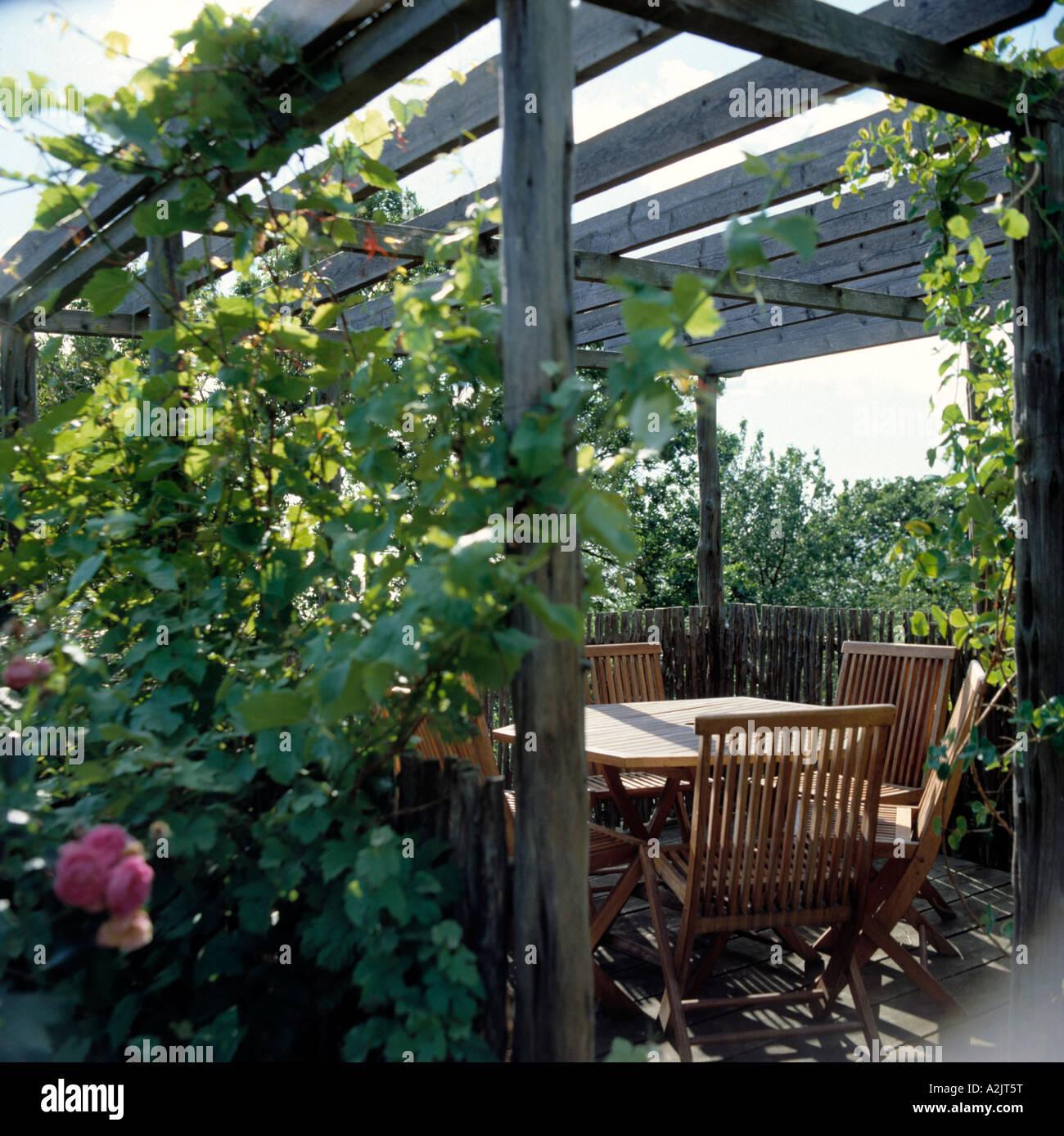 Rose pergolas stockfotos rose pergolas bilder alamy - Holztisch terrasse ...