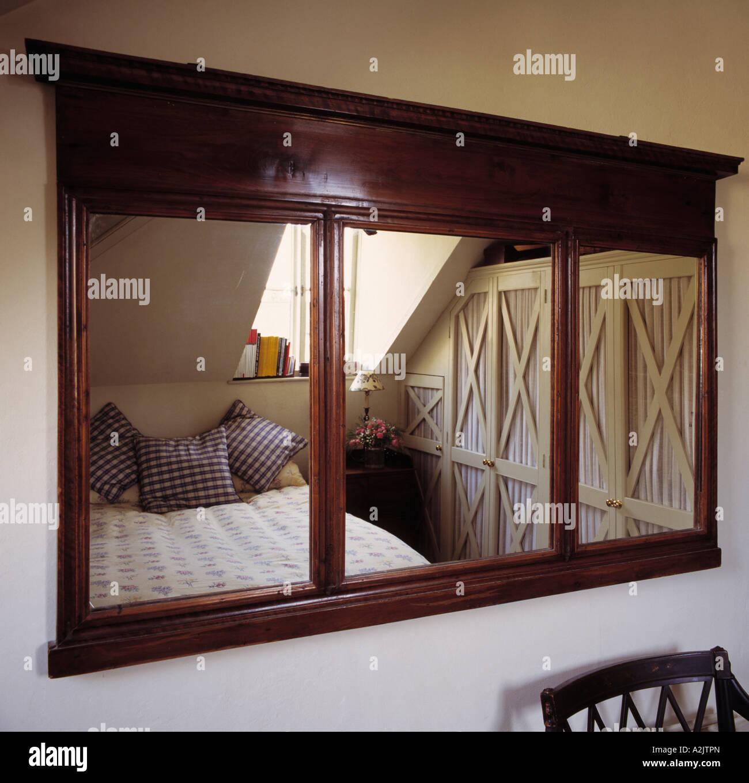 Großer Holz Spiegel im Schlafzimmer Dachgeschoss Stockfoto, Bild ...