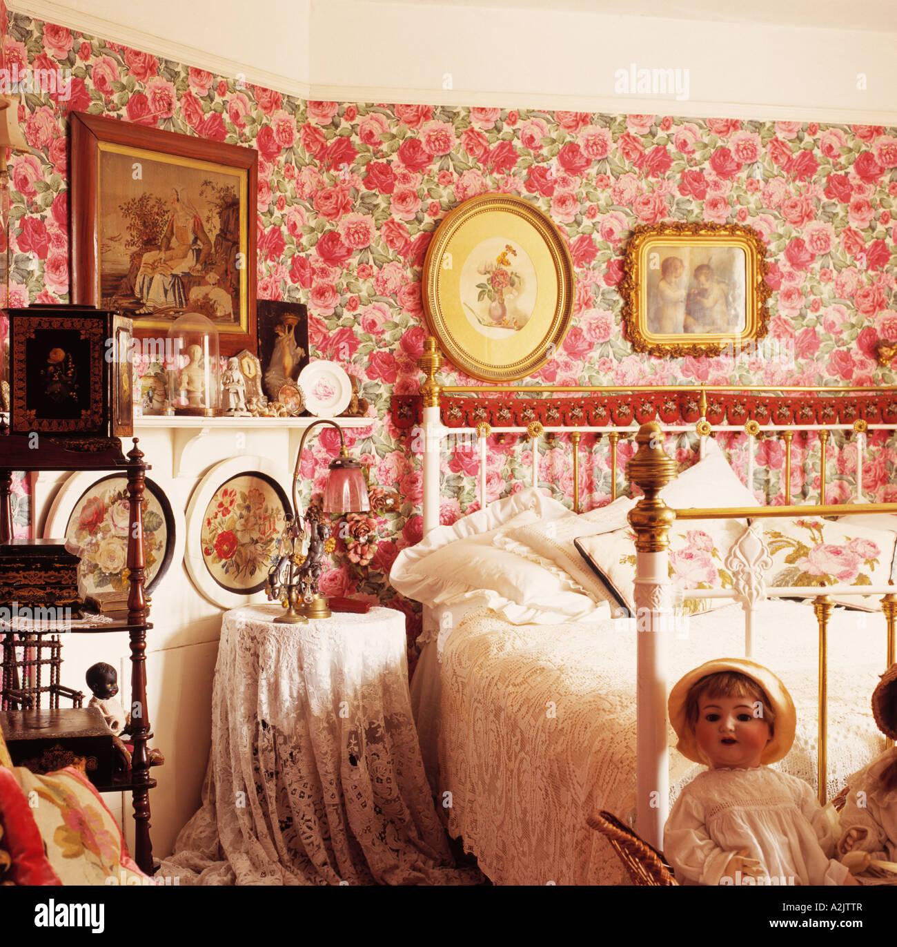 Rosa Landhaus Schlafzimmer Mit Blumentapete Und Messing Bett