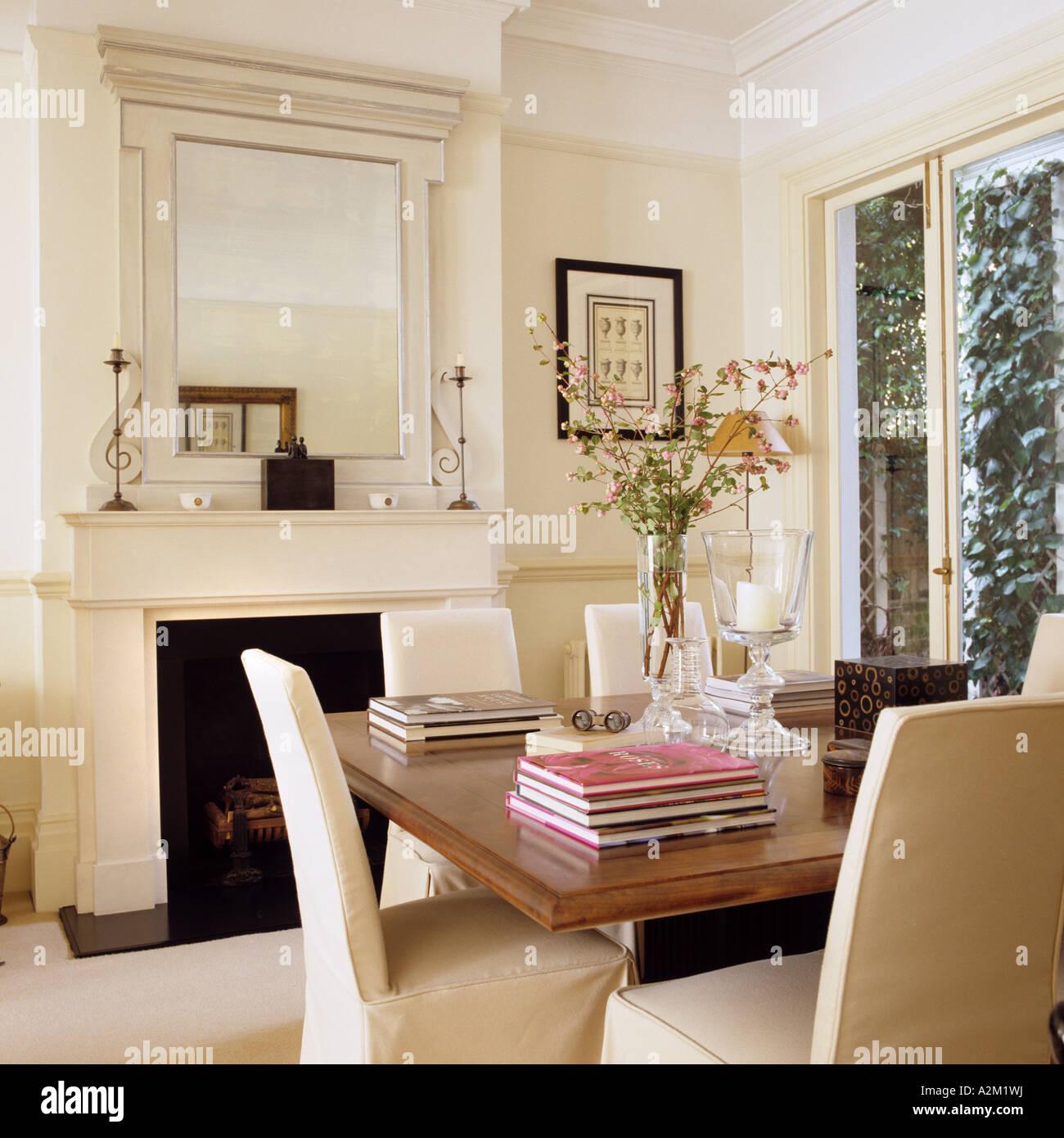 Tisch mit Stühlen Slip bedeckt, im neoklassischen Design Salon ...