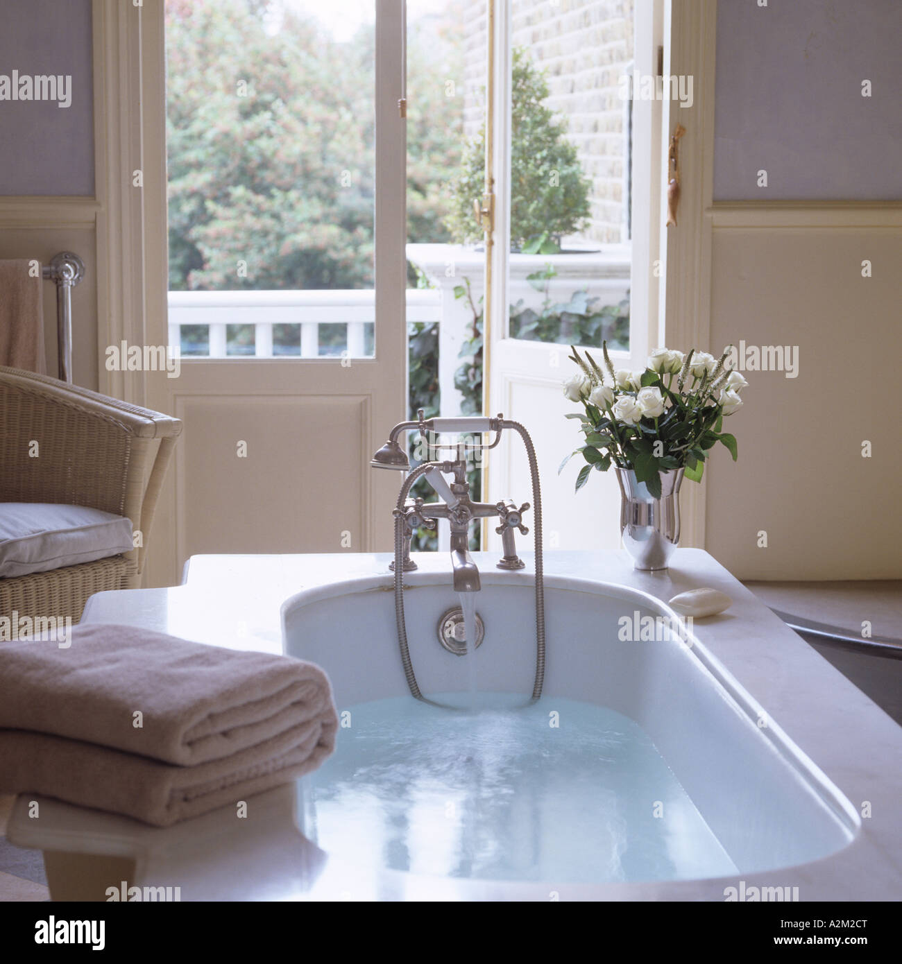 Laufen Badewanne im Badezimmer mit Flügeltüren und Balkon Stockfoto ...