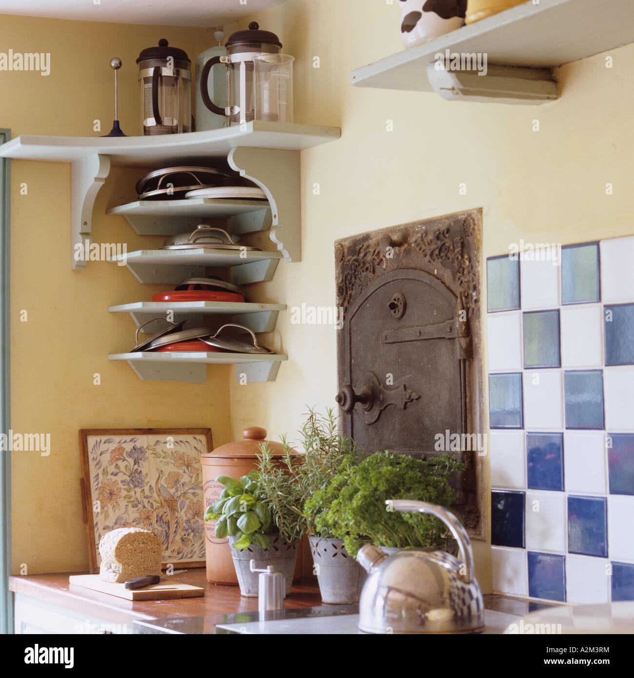 Sideboard mit Fliesen, ein Wasserkocher und Kräuter im englischen ...