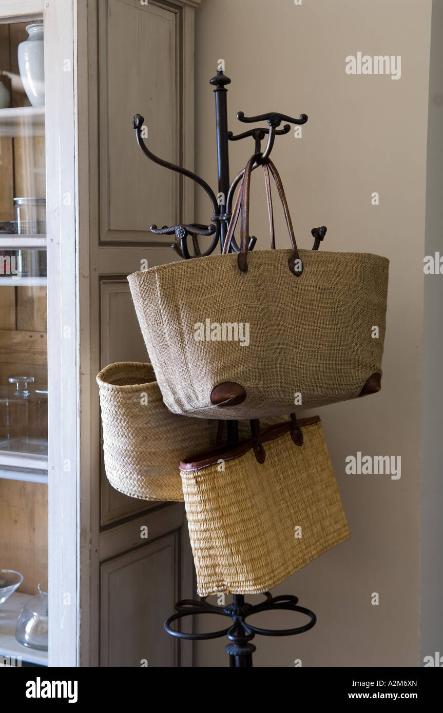 Hessische und Korb Flechten Einkaufstüten hängen an einer ursprünglichen Kleiderständer Stockbild