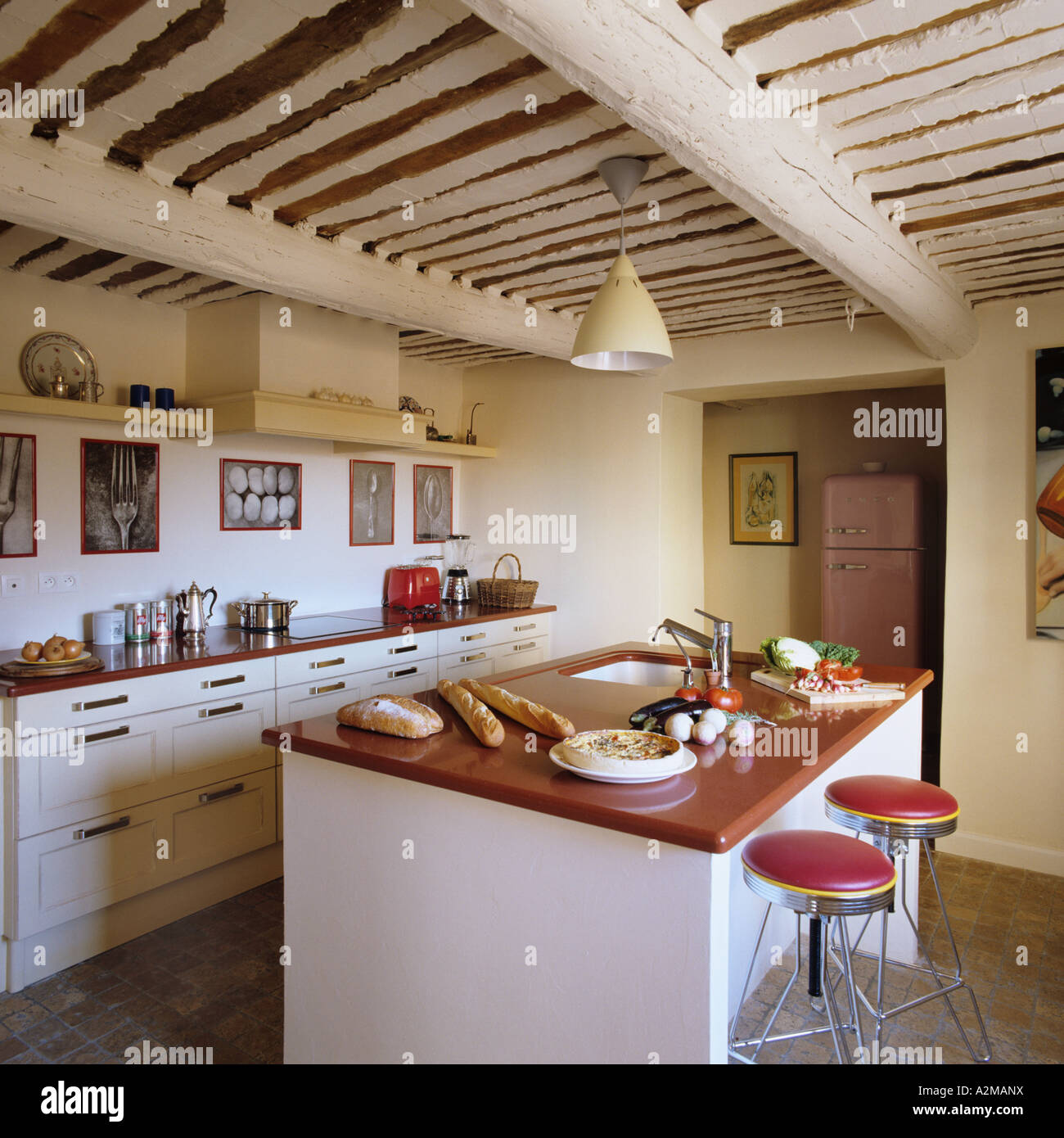 Barhocker bei Kücheninsel in Raum mit Balkendecke Stockfoto, Bild ...
