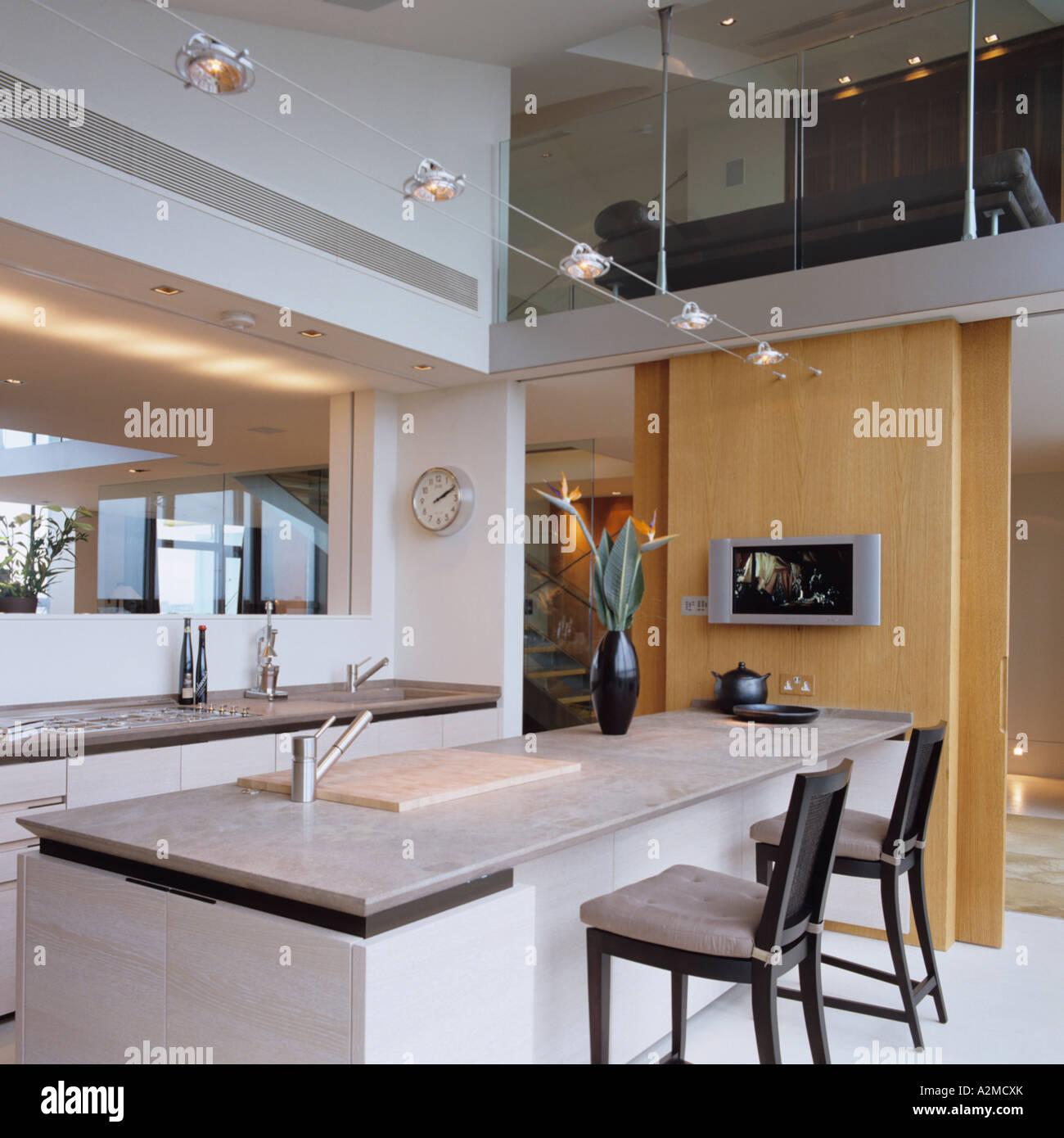 Kücheninsel mit Marmor-Arbeitsplatte in Thames Penthouse-Wohnung ...