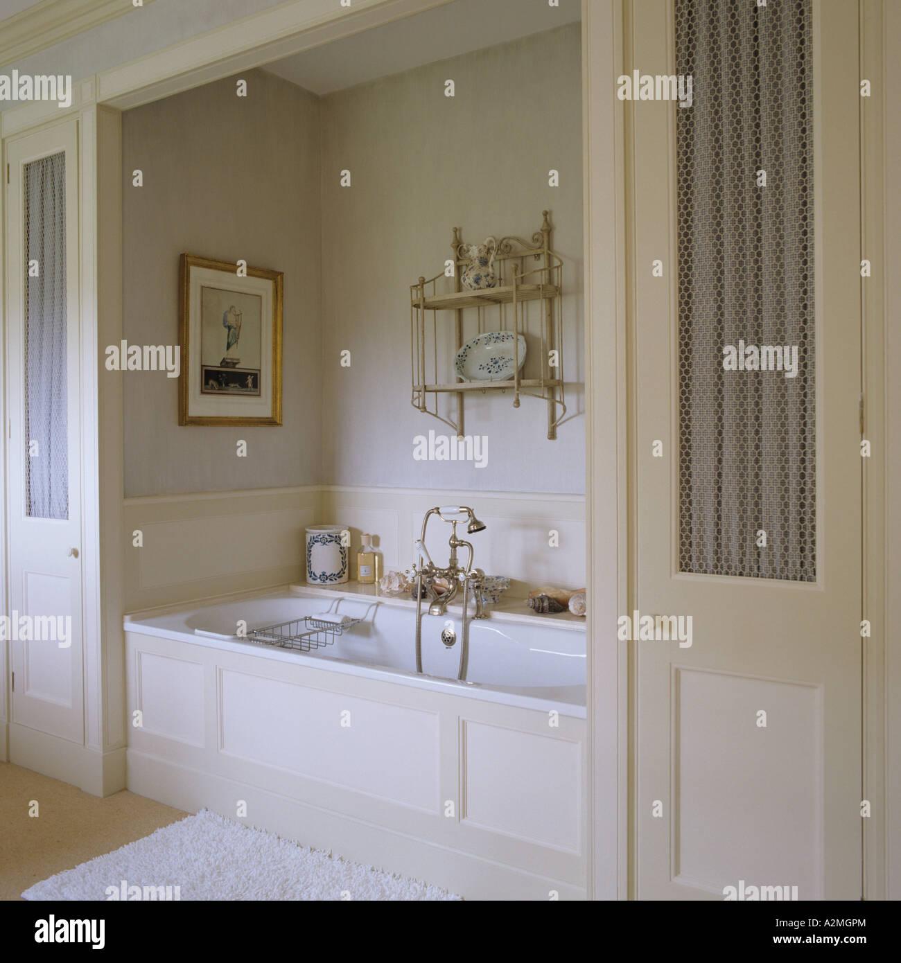 Alkoven mit Badewanne im Badezimmer des englischen Landhauses ...