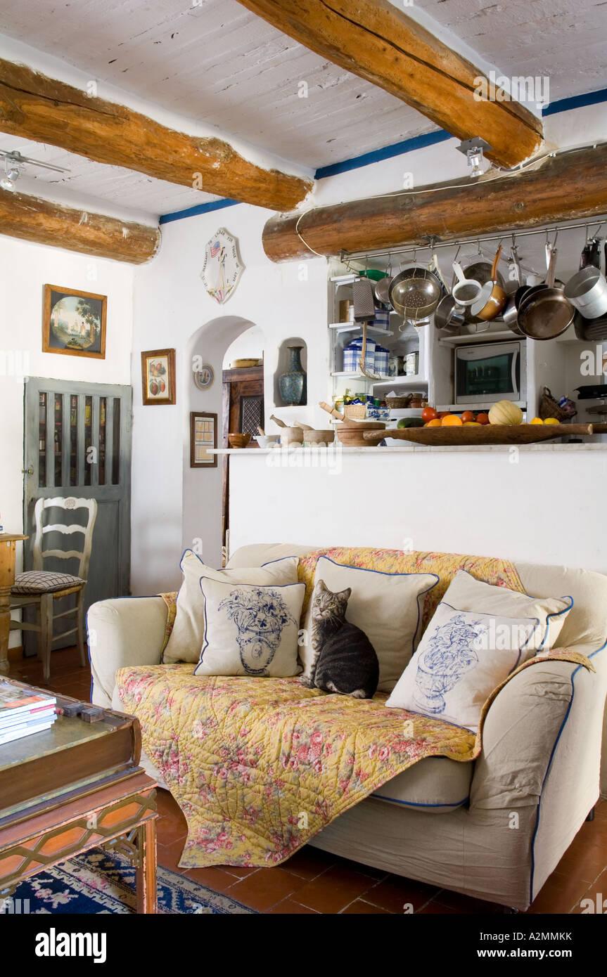 Französische landhausküche  Französische Landhausküche / Wohnzimmer mit Holzbalken Decke ...