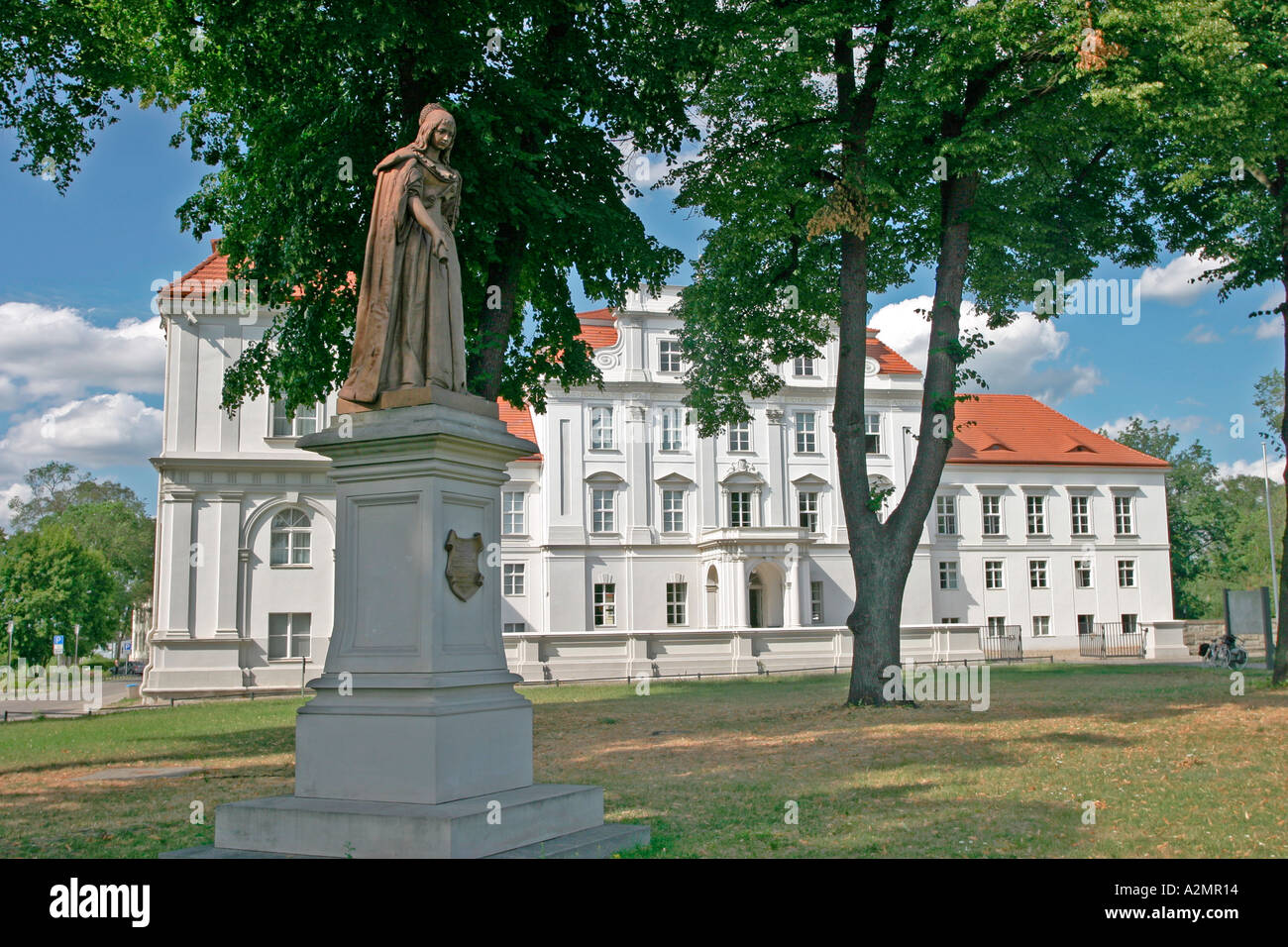 BRD Deutschland Brandenburg Oranienburg Blick auf Schloss Oranienburg mit Statue der Prinzessin unter den Bäumen Stockbild