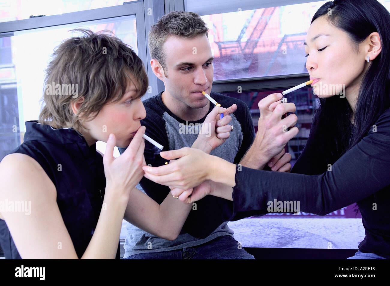 Gruppe von Freunden Rauchen Stockbild