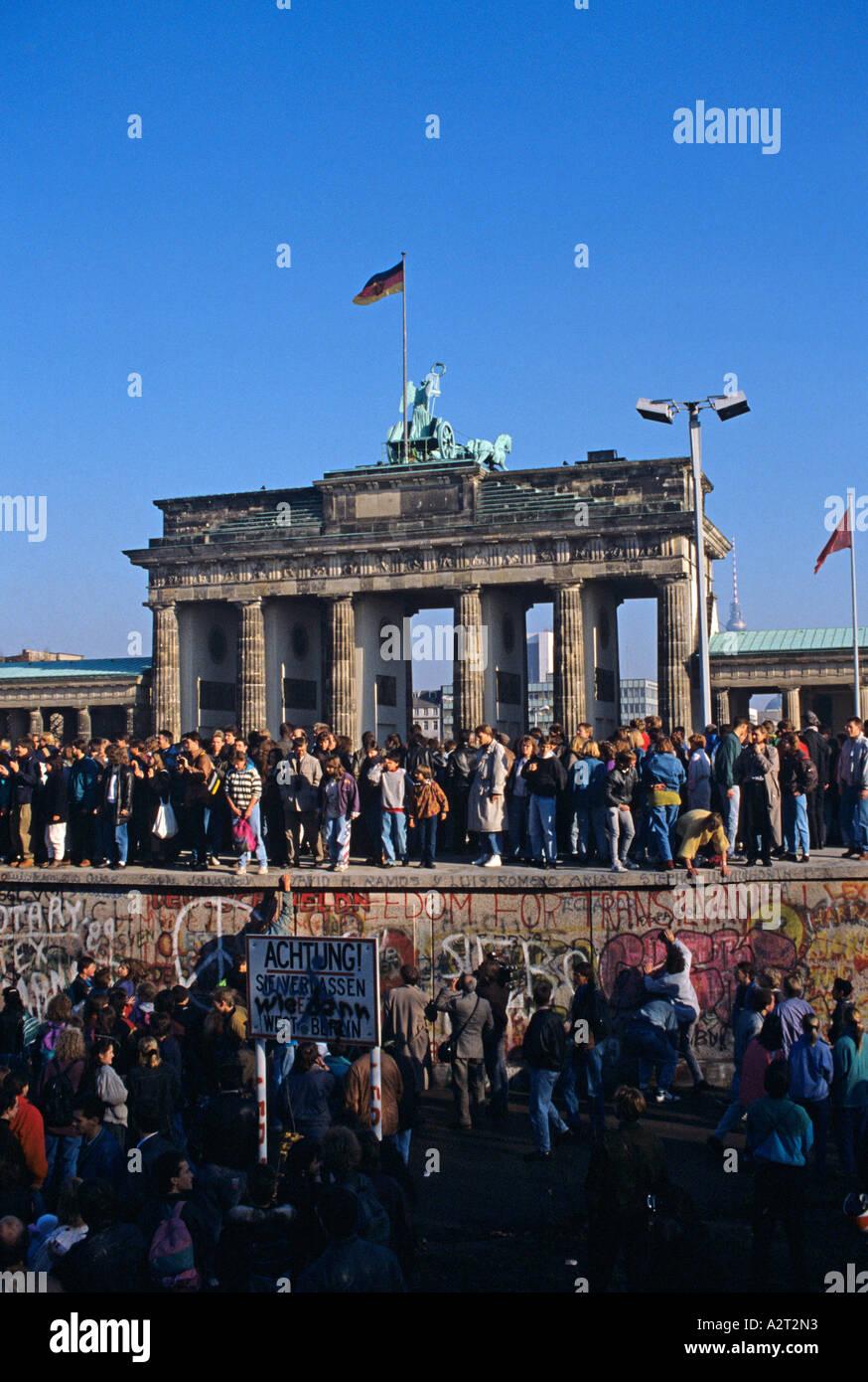 Europa-Europa-Deutschland-Deutschland-Berlin 1989 Mitte Brandenburger Tor Tor Menschen auf der Mauer Menschen Auf der Mauer Stockbild