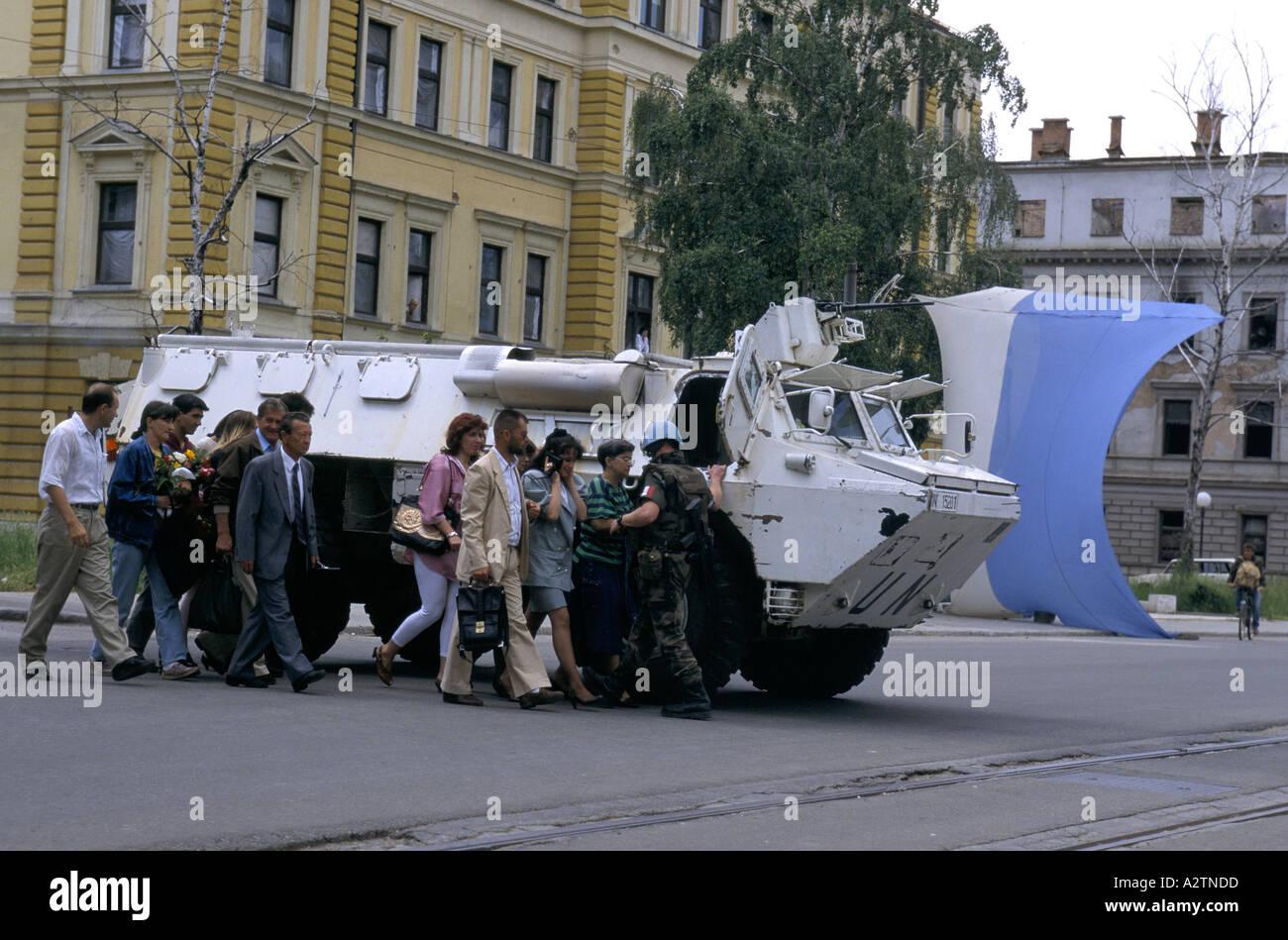Sarajevo Juni 1995 un Tank bewaffnete Soldaten Abschirmung Menschen wie sie Scharfschützen anfällig Straßen zu überqueren Stockbild