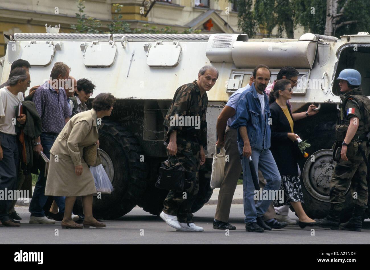 Sarajevo Juni 1995 un tank Soldat Abschirmung Menschen wie sie Scharfschützen anfällig Straßen zu überqueren Stockbild
