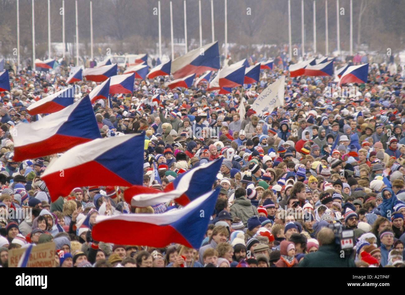 Teil 1-2, die Millionen starken Demo drängen sich während der samtenen Revolution 1989 Stockbild