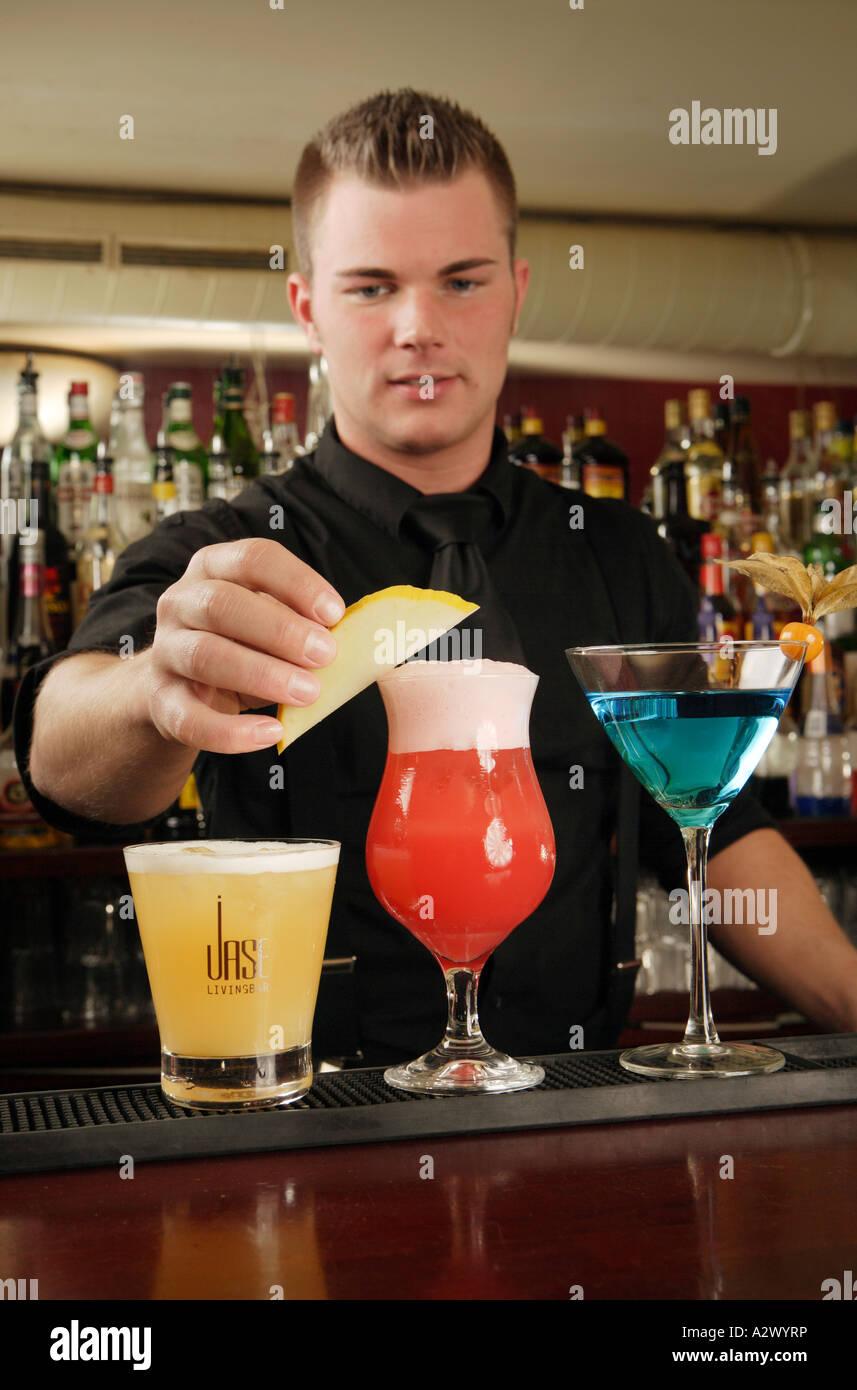Barmann bereitet einen Planters Punch The Cocktails aus der linken Whiskey Sour Planters Punch Blue Lady Stockbild