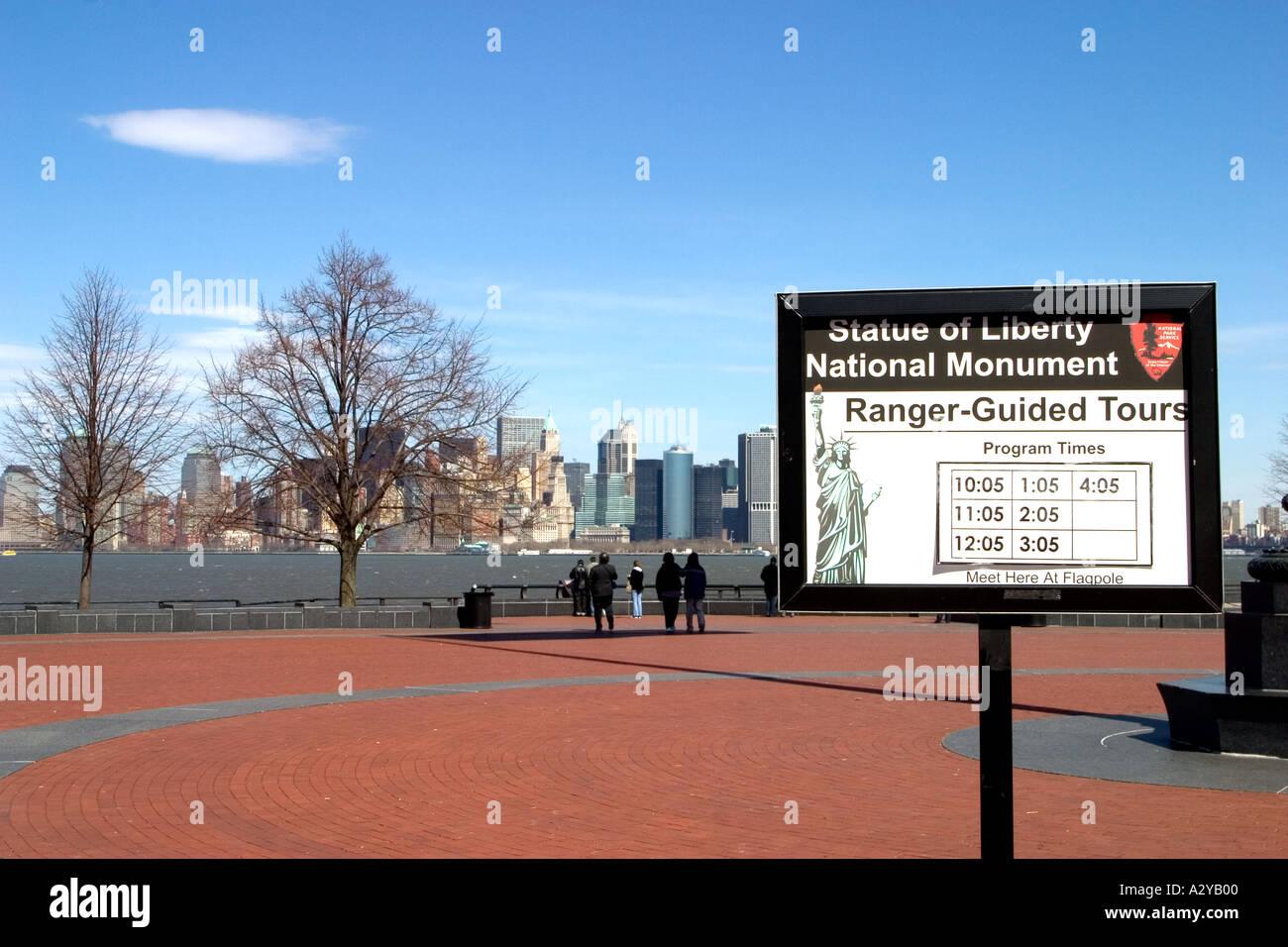 Freiheitsstatue Liberty National Monument Ranger geführte Spaziergänge Zeichen und Meeting Place Liberty Island New York Stockbild