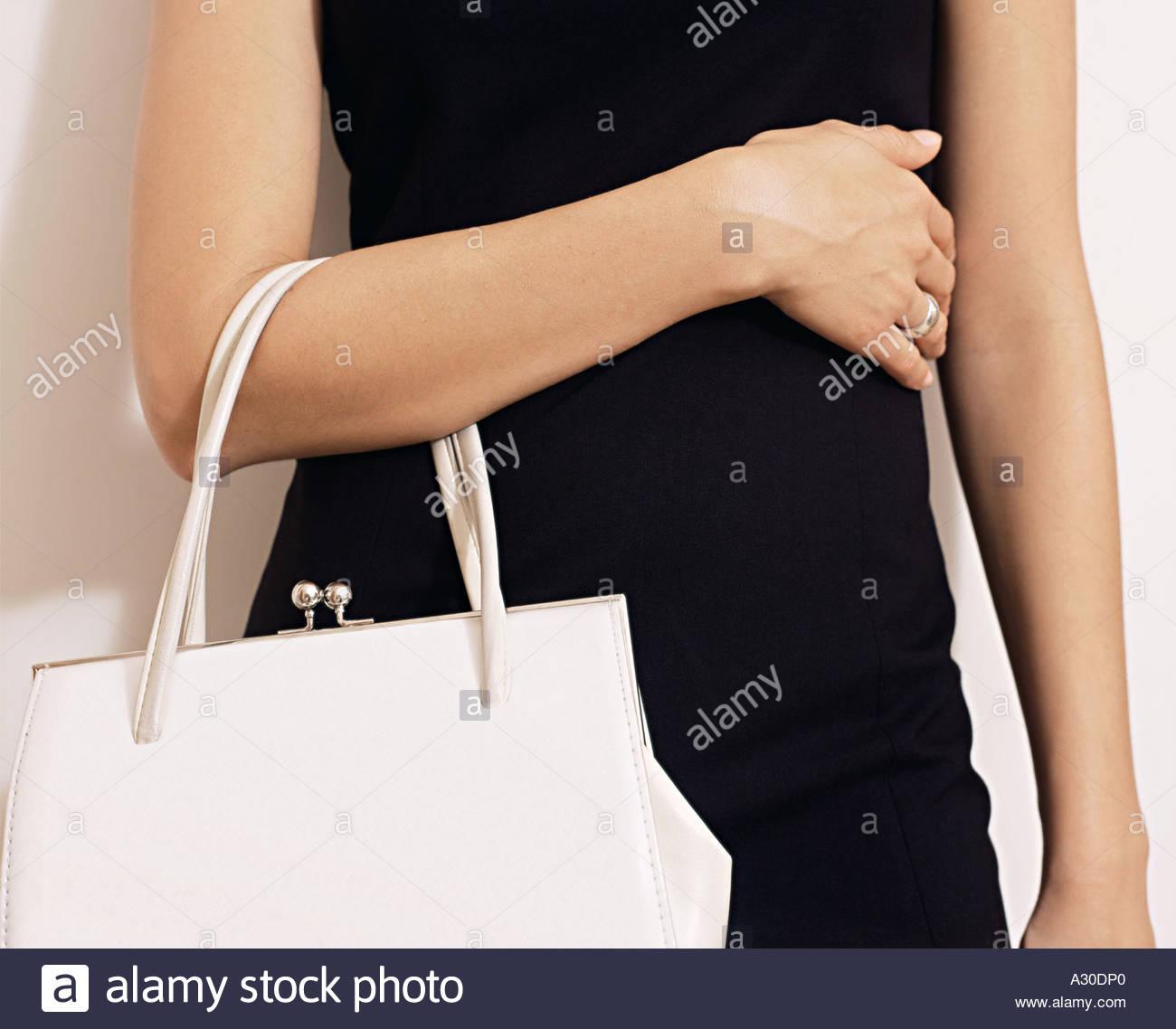 97f7fdd2840e5 Frau mit weiße Handtasche Stockfoto