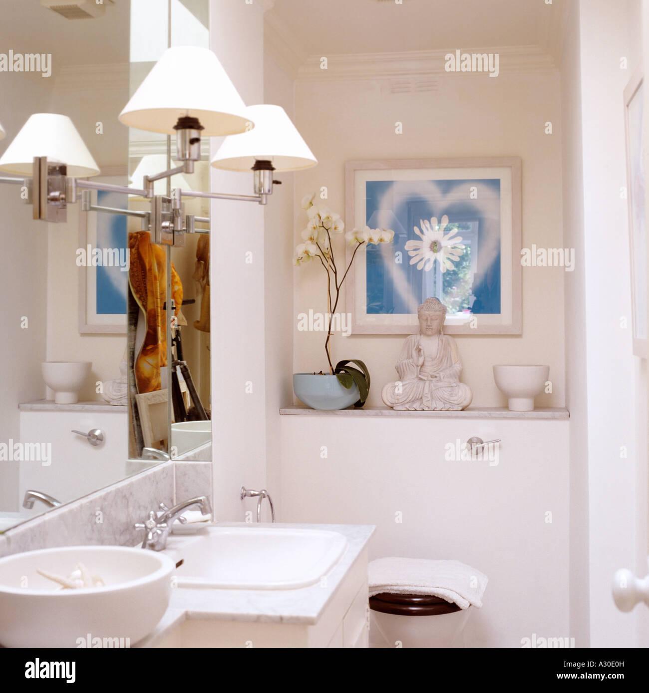 Lampen auf Spiegel in weiß lackiert Badezimmer mit Buddha ...