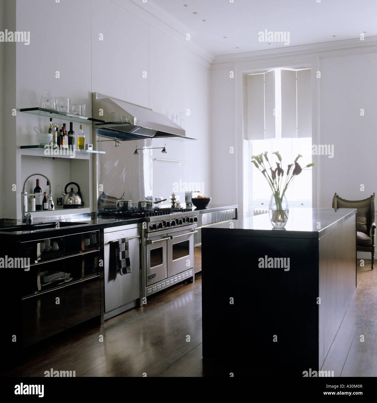 Granit-Insel-Einheit und Fensterläden in modernen Küche mit Nussbaum ...