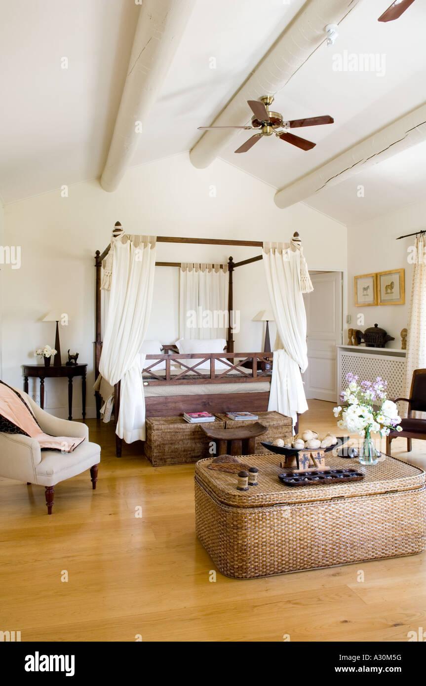 Schlafzimmer mit Peddigrohr Truhe, vier Himmelbett und