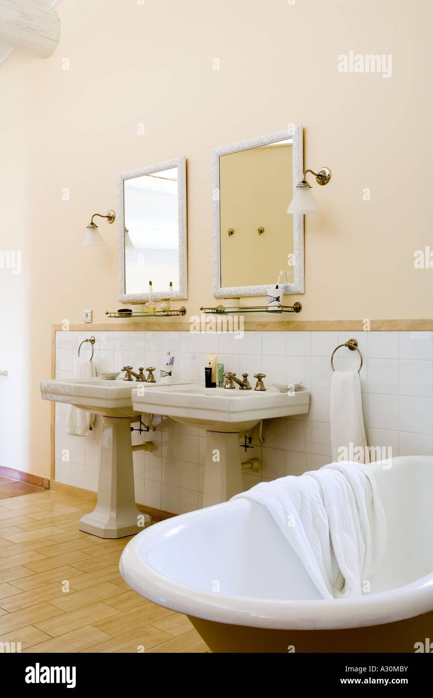 Impressive Bad Mit Freistehender Badewanne Reference Of Doppelte Waschbecken Im Badezimmer